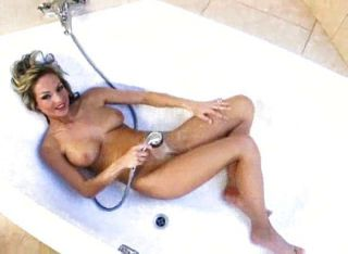 बाथटब में वैनेसा कूपर