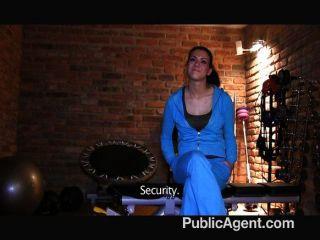 PublicAgent - गड़बड़ बालों बिल्ली karolinas