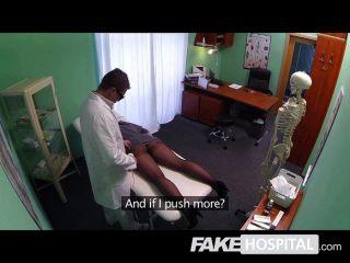 नकली अस्पताल - एक थरथानेवाला के साथ श्यामला
