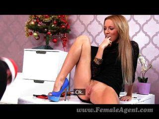 FemaleAgent - बुरा सांता एक महान पैर काम हो जाता है