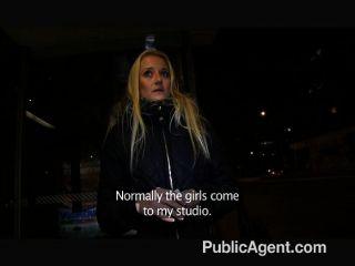 PublicAgent - गोरा मुझे एक सार्वजनिक में fucks