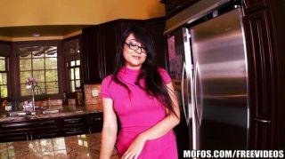 छोटे एशियाई पत्नी रसोई में खेलता है