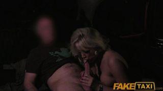 FakeTaxi - विशाल juggs के साथ milf स्तन wanks