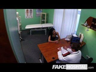 नकली अस्पताल - MILF स्तन प्रत्यारोपण चाहता है