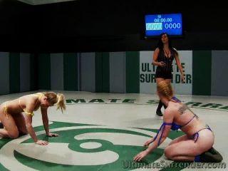 बिग छाती लड़कियां कुश्ती