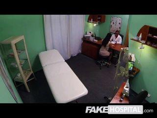 नकली अस्पताल - युवा मां गुदा लेता है