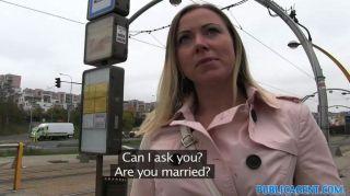 PublicAgent बीबी के बाहर एक अजनबी fucks