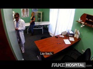 FakeHospital - युवा गोरा एक creampie लेता है