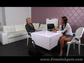 FemaleAgent - गोरा शरीर बिल्डर masturbates