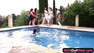 पश्चिम बाहर लड़कियों - समलैंगिक पूल नंगा नाच