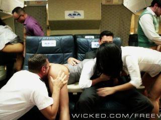 एक हवाई जहाज़ पर गरम एशियाई तांडव