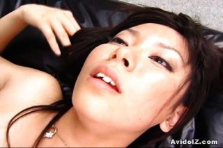 सेक्सी Satomi maeono एक सोफे पर गड़बड़