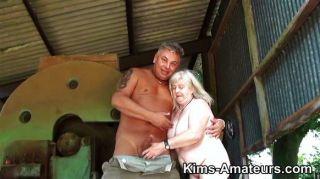72 साल पुराने दादी एक blowjob देता है