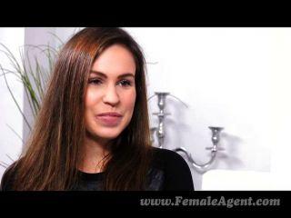 FemaleAgent - कुछ भी एक महिला के ऊपर तेल से सना धड़कता है