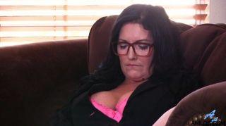 Bigtit माँ तीव्र संभोग सुख के साथ trembles