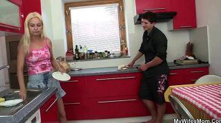 मां-ससुर के साथ रसोई घर में सेक्स धोखा दे