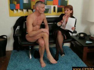 सीबीटी milf समूह नग्न आदमी को लग रहा है