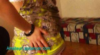 गर्भवती किशोर Lapdance और पट्टी करता है