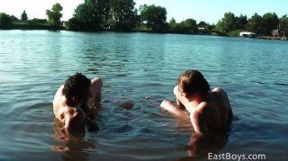 सार्वजनिक समुद्र तट पर दो Twinks
