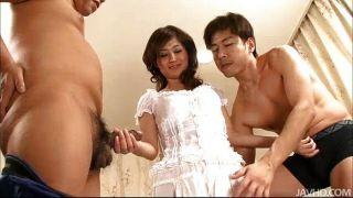 मो Yoshikawa दो लोगों teases