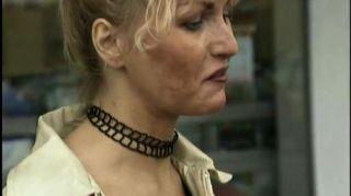 जर्मन महिला की दुकान पर उठाया है