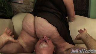 बीबीडब्ल्यू एंजेलीना उसे मोटा गधे के साथ एक पुरुष smothers