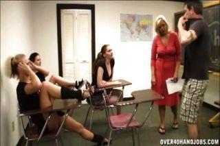 शिक्षक कक्षा में बंद मरोड़ते