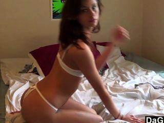 गर्म लड़की के अगले दरवाजे उसे खिलौना पर cums