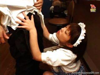 जापानी बार नौकरानी गड़बड़ हो जाता है और cumloaded