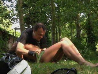 सेक्सी श्यामला spanked और जंगल में गड़बड़