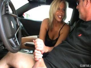 कार में सेक्सी milf मरोड़ते