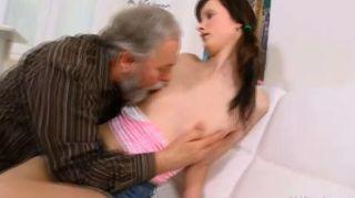 jenya शरारती बूढ़े आदमी द्वारा गड़बड़ हो रही प्यार करता है