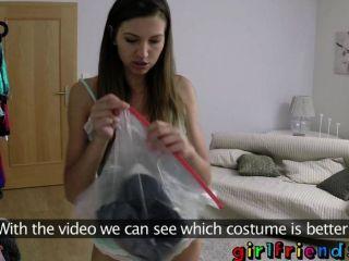 गर्लफ्रेंड - बाहर कर पार्टी के कपड़े पर कोशिश