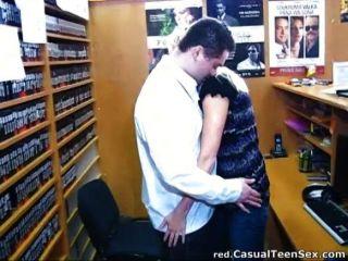 एक डीवीडी स्टोर में त्वरित सेक्स