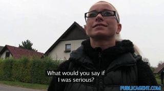 चश्मा Fucks में Slutty गोरा PublicAgent