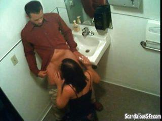 शौचालय में blowjob