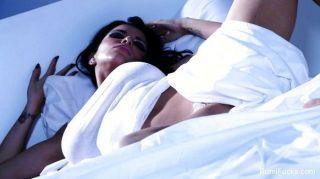 रोमी वर्षा के साथ बिस्तर पर एकल मज़ा