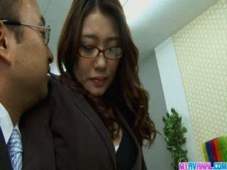 उसके मालिक द्वारा सेक्सी कार्यालय लड़की पर झुकने और गड़बड़ कट्टर