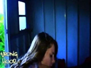 18 वर्ष पुराने सफेद लड़की हुड में खो