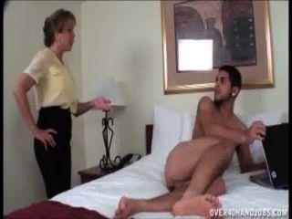 एक नग्न युवा यार बंद शरारती milf झटके