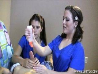 दो नर्सों उनके मरीज दूध