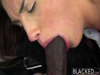 सही स्तन के साथ बेहोश असली मॉडल काला मुर्गा प्यार करता है