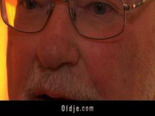 पुराने मालिक बकवास के साथ अपने युवा सचिव का मूल्यांकन करता है