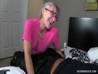 सींग दादी एक युवा डिक बेकार