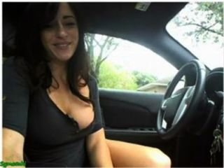 सेक्सी लड़की हस्तमैथुन और फ्लैश कैम पर उसे कार में