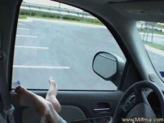 श्यामला उसे कार में सह बनाता है