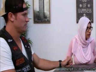 मुस्लिम मां और बेटी उनके धर्म के खिलाफ जाता है
