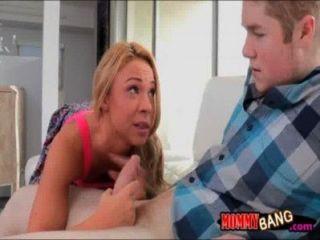 किशोरों की फूहड़ उसे BF और stepmom साथ Katerina Kay पागल त्रिगुट