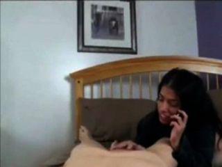 बेटे के साथ कमबख्त, जबकि माँ फोन पर पिता के साथ बात करते हैं