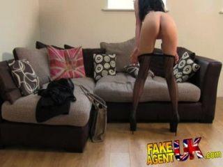 FakeAgentUK सेक्सी मोजा पहने लिवरपूल लड़की कास्टिंग में पैरों फैलता है